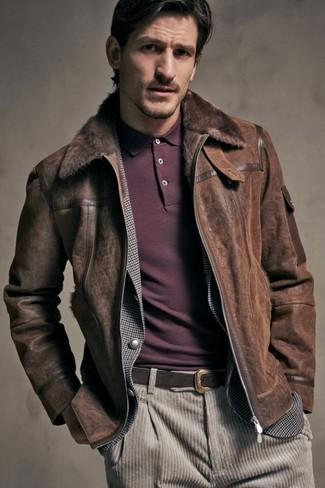 Cómo combinar: chaqueta de piel de oveja en marrón oscuro, blazer de cuadro vichy gris, camisa polo burdeos, vaqueros de pana en beige