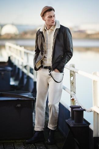 Cómo combinar: chaqueta de piel de oveja en marrón oscuro, camisa de manga larga en beige, camiseta con cuello circular blanca, vaqueros en beige