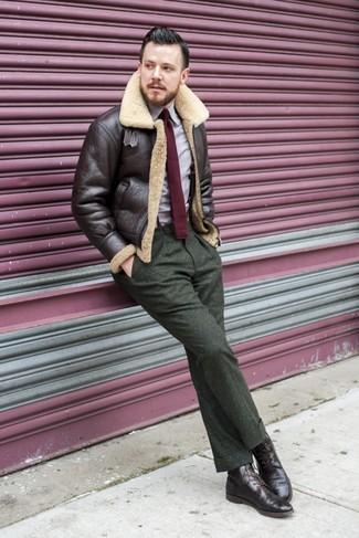 Cómo combinar: chaqueta de piel de oveja en marrón oscuro, camisa de manga larga violeta claro, pantalón de vestir de lana verde oliva, botas brogue de cuero en marrón oscuro