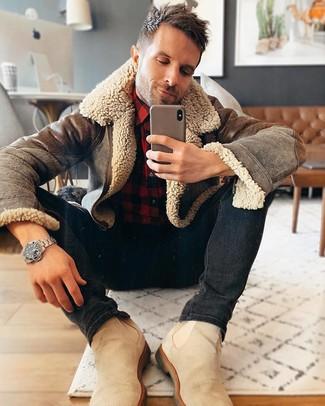 Cómo combinar: chaqueta de piel de oveja marrón, camisa de manga larga de franela a cuadros en rojo y negro, vaqueros pitillo negros, botines chelsea de ante en beige