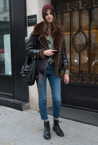 Cómo combinar: chaqueta de piel de oveja negra, camisa de vestir verde oliva, vaqueros azules, botas planas con cordones de cuero negras
