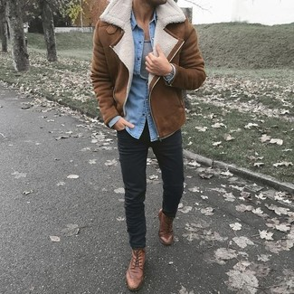 Cómo combinar: chaqueta de piel de oveja marrón, camisa vaquera celeste, camiseta sin mangas gris, pantalón chino negro