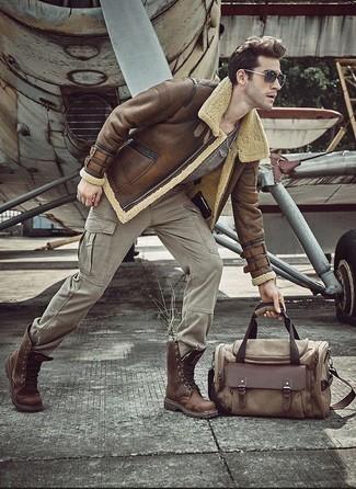 Cómo combinar: chaqueta de piel de oveja marrón, camiseta con cuello circular gris, pantalón cargo gris, botas casual de cuero marrónes