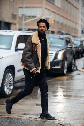 Cómo combinar: chaqueta de piel de oveja en marrón oscuro, camiseta con cuello circular negra, pantalón chino negro, botas casual de cuero negras