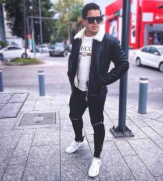 Cómo combinar: chaqueta de piel de oveja negra, camiseta con cuello circular estampada blanca, pantalón de chándal negro, deportivas blancas