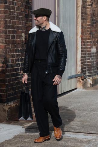 Cómo combinar: chaqueta de piel de oveja en negro y blanco, camiseta con cuello circular negra, pantalón de vestir negro, zapatos brogue de cuero marrón claro