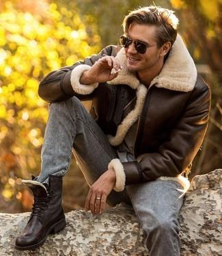Cómo combinar: chaqueta de piel de oveja en marrón oscuro, camiseta con cuello circular gris, vaqueros pitillo grises, botas casual de cuero en marrón oscuro