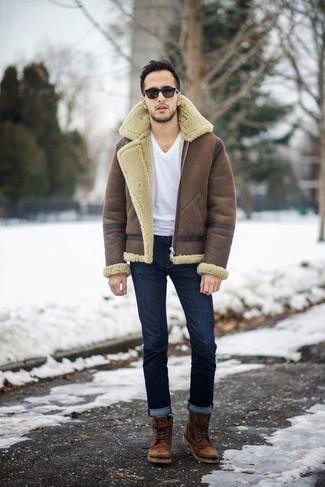 Cómo combinar: chaqueta de piel de oveja marrón, camiseta con cuello en v blanca, vaqueros azul marino, botas casual de cuero marrónes