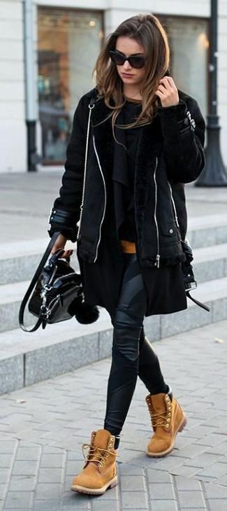 Cómo combinar: chaqueta de piel de oveja negra, cárdigan abierto negro, jersey con cuello circular negro, camiseta con cuello circular naranja