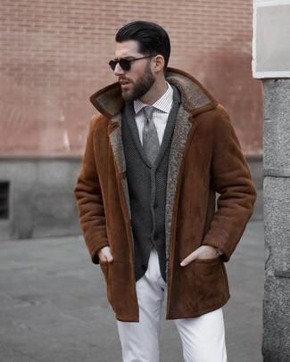 Look de moda: Chaqueta de piel de oveja en tabaco, Cárdigan con cuello chal en gris oscuro, Camisa de vestir de rayas verticales gris, Pantalón chino blanco