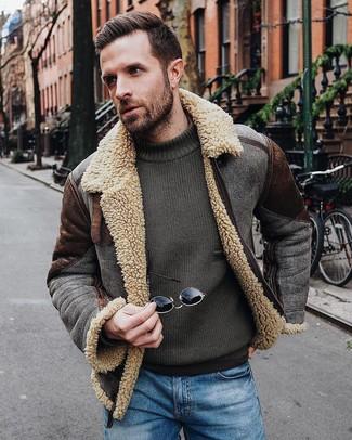 Cómo combinar: chaqueta de piel de oveja en marrón oscuro, jersey con cuello circular verde oliva, vaqueros azules
