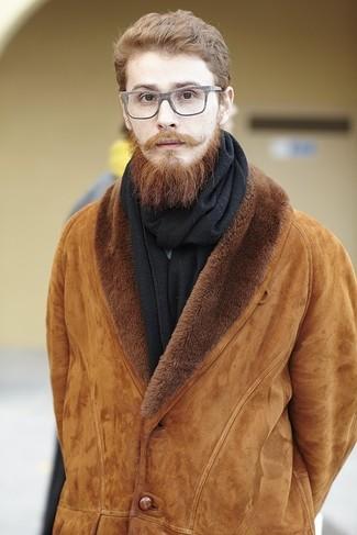 Cómo combinar: chaqueta de piel de oveja en tabaco, bufanda negra