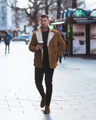 Cómo combinar: chaqueta de piel de oveja en tabaco, jersey con cuello circular negro, vaqueros pitillo negros, botines chelsea de ante marrónes