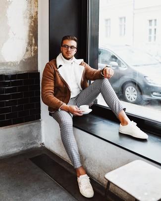 Cómo combinar: chaqueta de piel de oveja en tabaco, jersey de cuello alto de punto blanco, pantalón chino de pata de gallo gris, tenis blancos