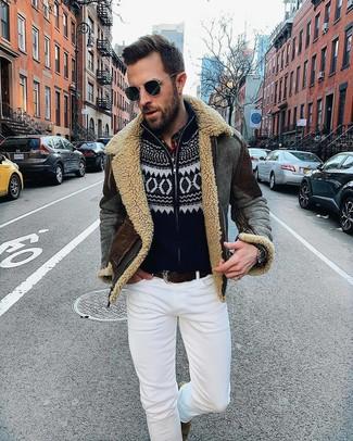 Cómo combinar: chaqueta de piel de oveja en gris oscuro, jersey con cremallera de navidad negro, vaqueros pitillo blancos, botines chelsea de ante marrónes