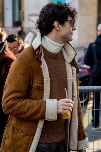 Cómo combinar: chaqueta de piel de oveja marrón, jersey con cuello circular de punto marrón, jersey de cuello alto blanco, pantalón de vestir negro