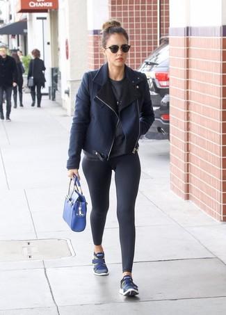 Cómo combinar: chaqueta de piel de oveja azul marino, jersey con cuello circular en gris oscuro, leggings negros, deportivas azul marino