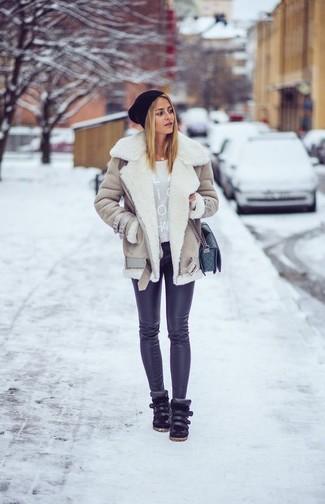 Cómo combinar: chaqueta de piel de oveja en beige, jersey con cuello circular estampado gris, leggings negros, zapatillas altas de cuero negras