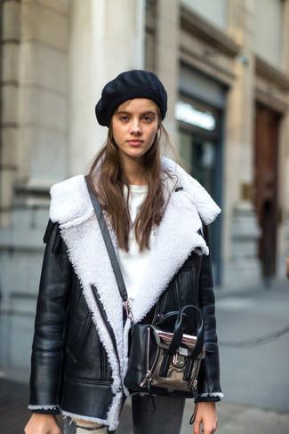 Cómo combinar: chaqueta de piel de oveja en negro y blanco, jersey con cuello circular blanco, vaqueros pitillo desgastados grises, bolso bandolera de cuero plateado