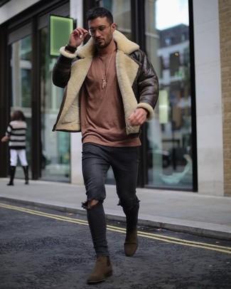 Cómo combinar: chaqueta de piel de oveja en marrón oscuro, jersey con cuello circular marrón, vaqueros pitillo desgastados negros, botines chelsea de ante en marrón oscuro