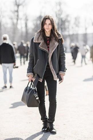 Cómo combinar: chaqueta de piel de oveja negra, jersey con cuello circular estampado en rojo y negro, vaqueros pitillo negros, botas planas con cordones de cuero negras