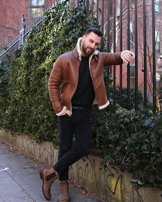 Cómo combinar: chaqueta de piel de oveja en tabaco, jersey con cuello circular de punto negro, vaqueros pitillo negros, botines chelsea de cuero marrónes