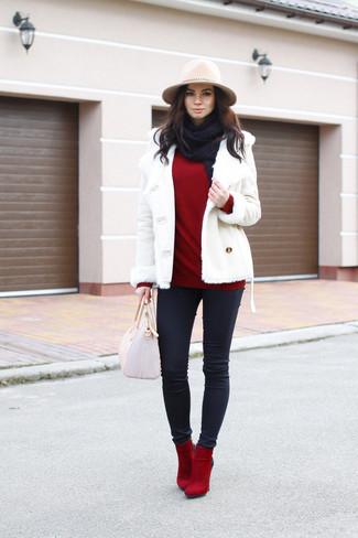 Cómo combinar: chaqueta de piel de oveja blanca, jersey con cuello vuelto holgado rojo, vaqueros pitillo negros, botines de ante rojos