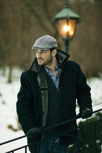 Cómo combinar: chaqueta de piel de oveja negra, jersey de cuello alto con cremallera en gris oscuro, camisa de vestir de cuadro vichy en blanco y azul, vaqueros azul marino