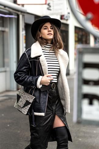 Cómo combinar: chaqueta de piel de oveja negra, jersey de cuello alto de rayas horizontales en blanco y negro, falda lápiz de cuero con recorte negra, botas sobre la rodilla de cuero negras
