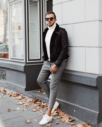 Cómo combinar: chaqueta de piel de oveja negra, jersey de cuello alto de punto blanco, pantalón chino de tartán gris, tenis blancos