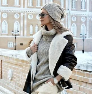 Cómo combinar: chaqueta de piel de oveja en negro y blanco, jersey de cuello alto de punto gris, pantalón de chándal en beige, gorro de punto gris