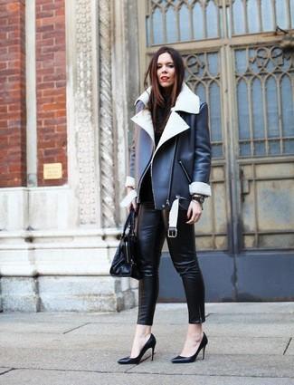 Cómo combinar: chaqueta de piel de oveja en negro y blanco, jersey de cuello alto negro, pantalones pitillo de cuero negros, zapatos de tacón de cuero negros