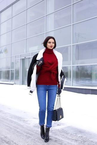 Empareja una chaqueta de piel de oveja negra y blanca junto a unos vaqueros azules para crear una apariencia elegante y glamurosa. Botines con cordones de cuero negros son una opción buena para complementar tu atuendo.
