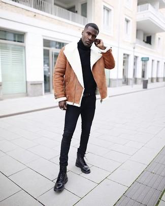 Cómo combinar: chaqueta de piel de oveja marrón, jersey de cuello alto negro, vaqueros pitillo negros, botas casual de cuero negras