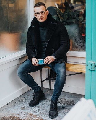 Cómo combinar: chaqueta de piel de oveja negra, jersey de cuello alto verde oscuro, vaqueros pitillo azul marino, botas casual de ante negras