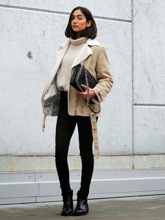 Cómo combinar: chaqueta de piel de oveja en beige, jersey de cuello alto de punto en beige, vaqueros pitillo negros, botines chelsea de cuero negros