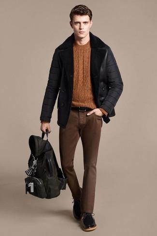 Cómo combinar: chaqueta de piel de oveja negra, jersey de ochos en tabaco, vaqueros pitillo marrónes, zapatos derby de cuero negros