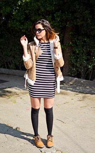 Cómo combinar: chaqueta de piel de oveja marrón claro, vestido ajustado de rayas horizontales en negro y blanco, botas planas con cordones de cuero marrón claro, calcetines hasta la rodilla negros