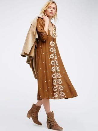 Cómo combinar: chaqueta de piel de oveja marrón claro, vestido campesino marrón, botas camperas de ante marrónes