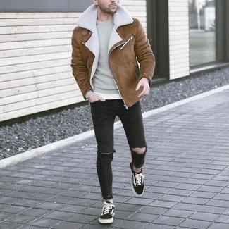 Cómo combinar: chaqueta de piel de oveja marrón, jersey con cuello circular gris, vaqueros pitillo desgastados negros, tenis en negro y blanco