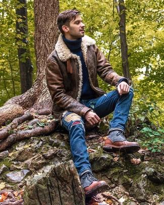 Cómo combinar: chaqueta de piel de oveja marrón, jersey de cuello alto de lana azul marino, vaqueros desgastados azules, botas casual de cuero marrónes