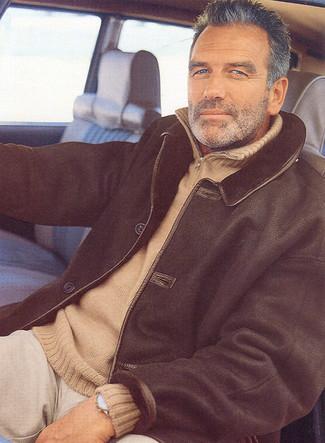 Cómo combinar: chaqueta de piel de oveja negra, jersey de cuello alto con cremallera marrón claro, pantalón chino en beige