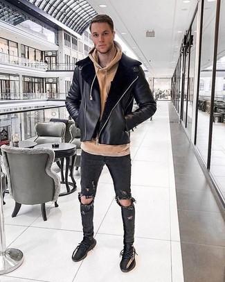 Cómo combinar: chaqueta de piel de oveja negra, sudadera con capucha marrón claro, vaqueros pitillo desgastados negros, deportivas negras