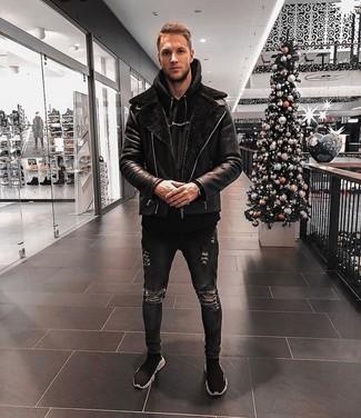 Cómo combinar: chaqueta de piel de oveja negra, sudadera con capucha negra, vaqueros pitillo desgastados negros, zapatillas altas negras