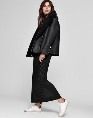Cómo combinar: chaqueta de piel de oveja negra, vestido largo de lana negro, tenis de cuero blancos