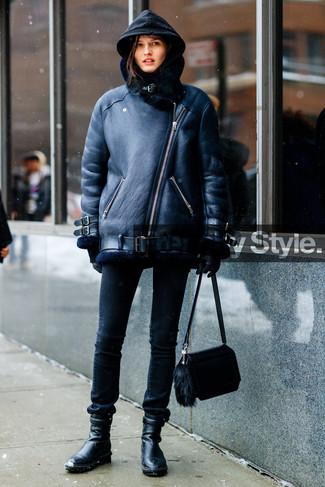 Cómo combinar: chaqueta de piel de oveja negra, sudadera con capucha negra, vaqueros pitillo negros, botines de cuero negros