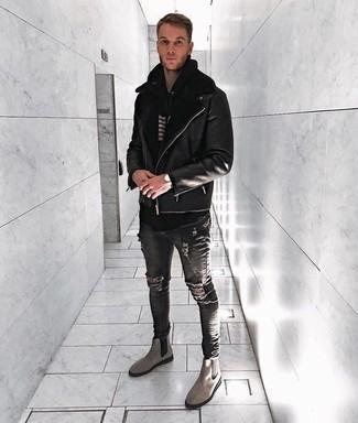Cómo combinar: chaqueta de piel de oveja negra, sudadera con capucha de rayas horizontales en negro y blanco, vaqueros pitillo desgastados en gris oscuro, botines chelsea de ante grises