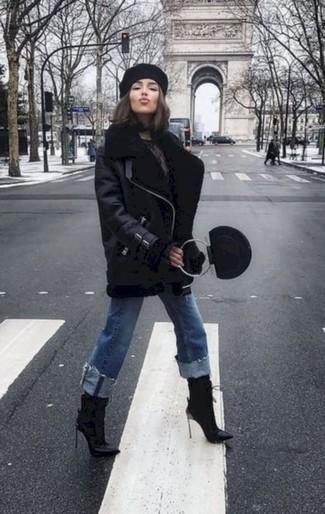 Cómo combinar: chaqueta de piel de oveja negra, vaqueros azules, botines de cuero negros, cartera de cuero negra