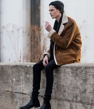 Cómo combinar: chaqueta de piel de oveja en tabaco, vaqueros pitillo negros, botines chelsea de cuero negros, gorro negro