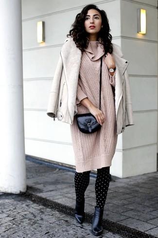 Cómo combinar: chaqueta de piel de oveja en beige, vestido jersey de punto en beige, botines de cuero negros, bolso bandolera de cuero negro